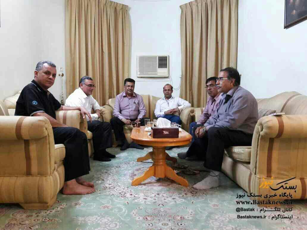 عبدالمجید دبیده رئیس هیات فوتبال استان هرمزگان در منزل فرخ محمدی حاضر شد
